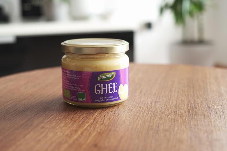 Ghee reguliert Vata, Pitta und Kapha und hilft somit auch bei trockener Haut.