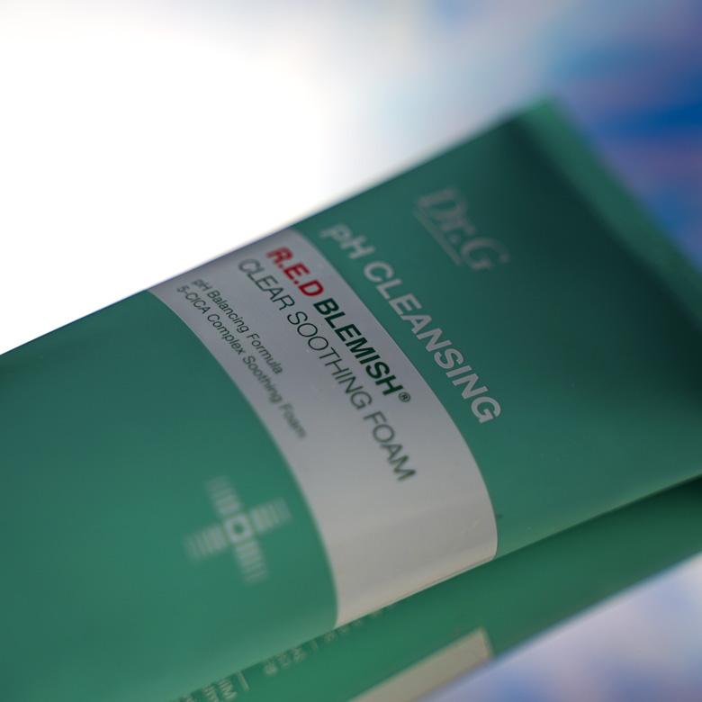 Ein solider Cleanser, der die Hautbarriere nicht unnötig belastet: R.E.D. Blemish clear soothing foam von Dr.G